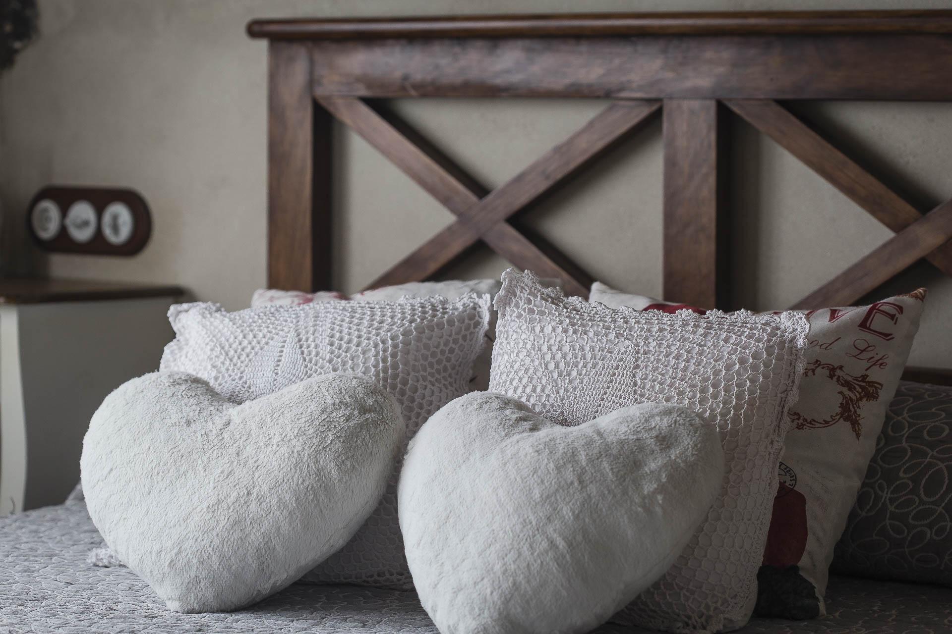 Dormitorio Casa Rural la Picotina cama matrimonio cojines corazón