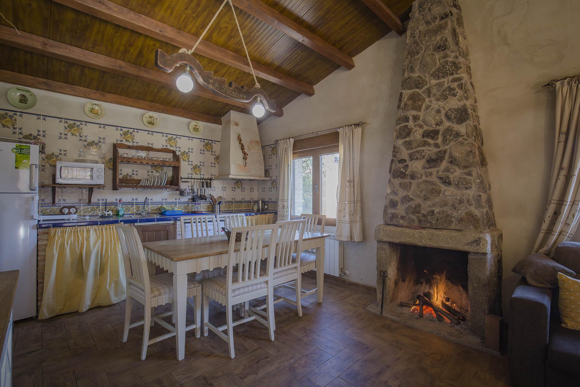 Comedor Casa Rural la Picotina chimenea cocina